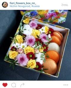 композиции из цветов в коробке с макарунс