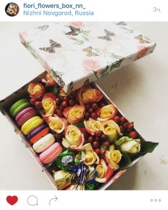 розы в коробке с макарон